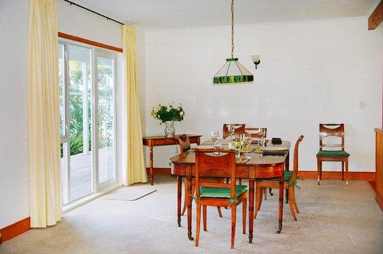 Fernbrook Beachfront Cottage & Apartment Accommodation: Cottage dining room