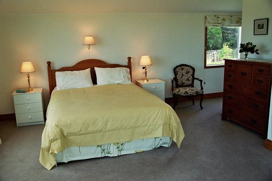 Fernbrook Beachfront Cottage & Apartment Accommodation: cottage bedroom 2