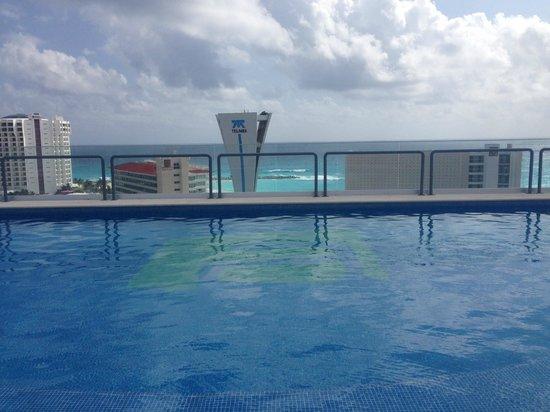 Aloft Cancun : vista da piscina do hotel