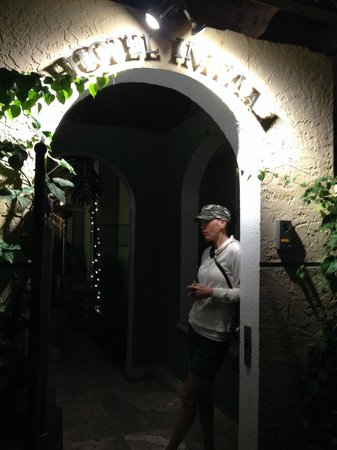 Impala Hotel: Beautiful entrance at night