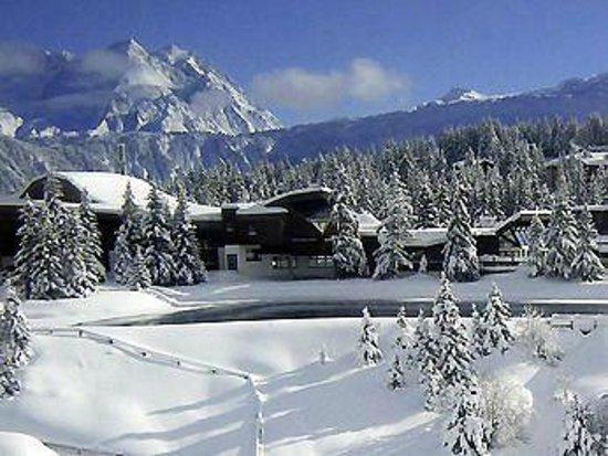 Mercure Courchevel : La vista del hotel, junto al lago