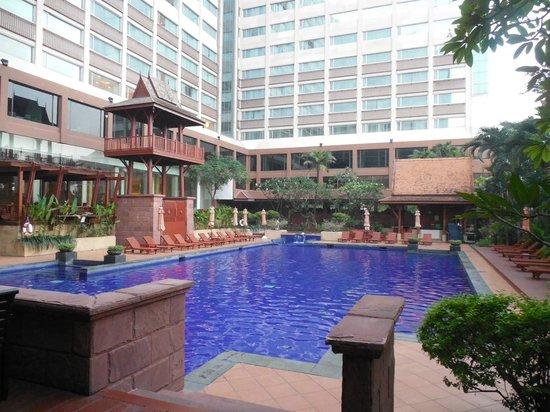 Ramada Plaza Bangkok Menam Riverside : The refreshing pool at the Menam Riverside hotel Bangkok