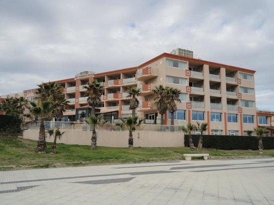 Le Grand Hotel les Flamants Roses : L'hôtel vue de la plage