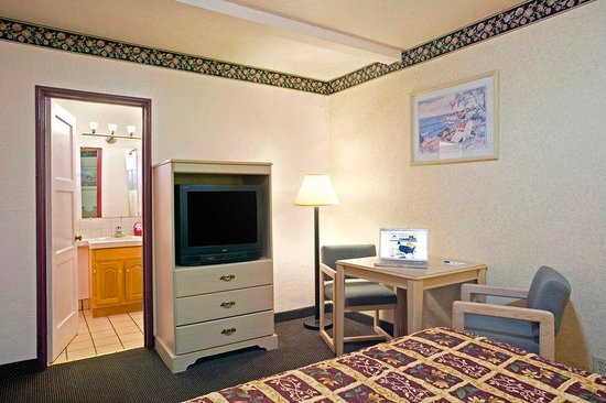 Americas Best Value Inn & Suites-Boardwalk: One Queen Bed 2