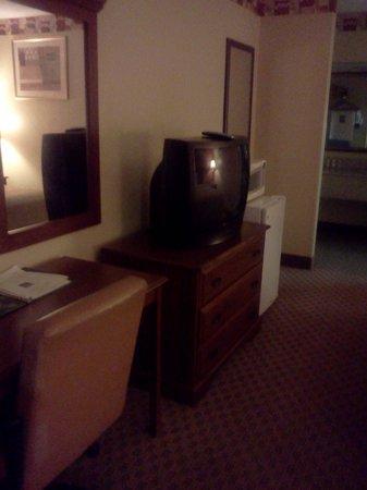 Quality Inn & Suites: dresser