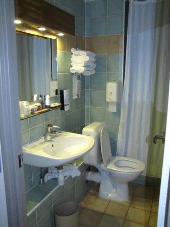 Campanile Paris 14 - Maine Montparnasse : Baño demasiado pequeño