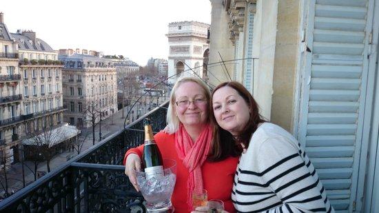 Hotel Cecilia Arc De Triomphe: mum and wife on balcony.