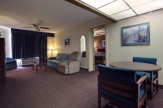 Americas Best Value Inn Marshall: King Suite