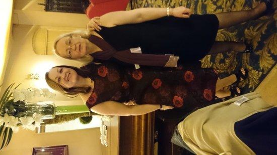 Hotel Cecilia Arc De Triomphe: wife and mum in bar