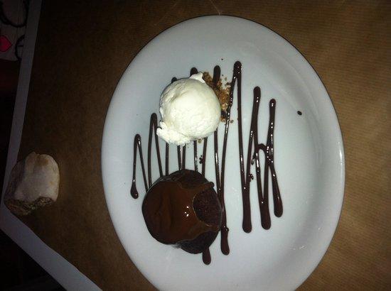 Karina All day Taverna: Dolce con cuore di cioccolato caldo... Buonissimo