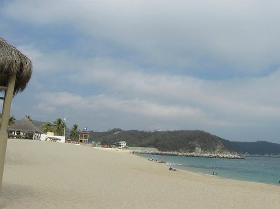 Hotel Castillo Huatulco Hotel & Beach Club : Looking up Chahue Beach from Castillo Beach Club