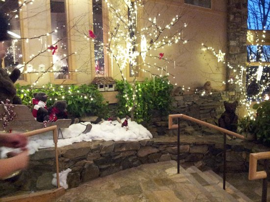 Wintergreen Resort: Shopping area decorated for Christmas