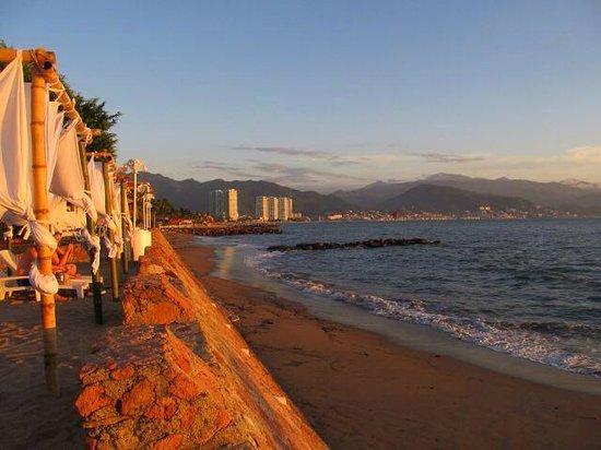Vamar Vallarta All Inclusive Marina and Beach Resort: Beach access across the street.