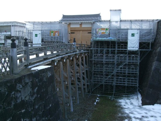 Yamagata castle: 「本丸一文字門石垣・大手橋」の修復は終わって、周辺の工事が継続中