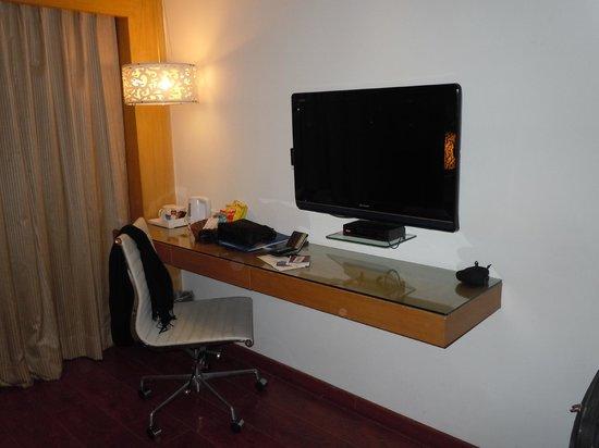 Jameson Inn Shiraz: Desk area in room 201