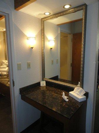 Greenstay Hotel & Suites: Vanity area