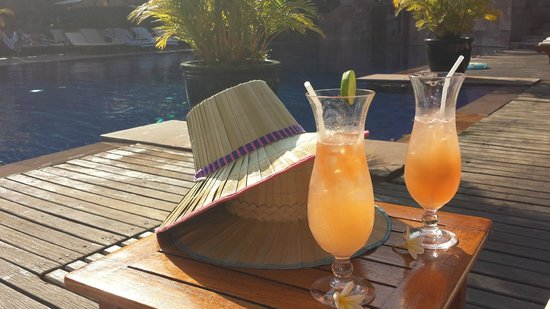 Victoria Angkor Resort & Spa : Cocktails by the pool, yumyum