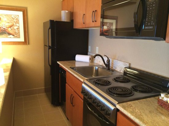 Hallmark Resort & Spa Cannon Beach : Full kitchen well outfitted