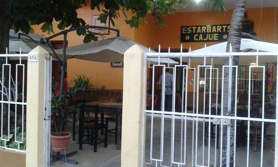 Estar Cajue: The garden seen from the street. The interior is also nice.