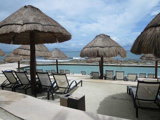 Grand Palladium Kantenah Resort and Spa: Salt water pool