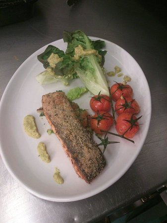 The Travellers Rest: Salmon served with salsa and vine tomatoes