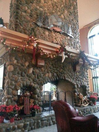 Bonneville Hot Springs Resort & Spa: Lobby fireplace