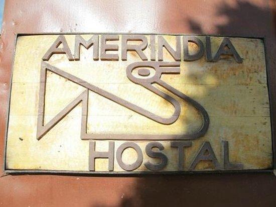 HOSTAL AMERINDIA PATAGONIA: オステルの看板
