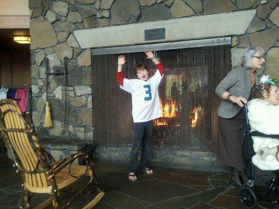 Skamania Lodge: Fun at the Fireplace...Toasty!