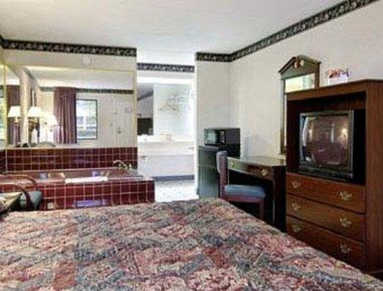 Super 8 Perry GA: Jacuzzi Suite