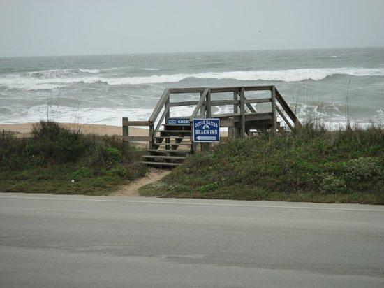 Ocean Sands Beach Inn: esse pontezinha leva a praia..um charmezinho feito pelo hotel...
