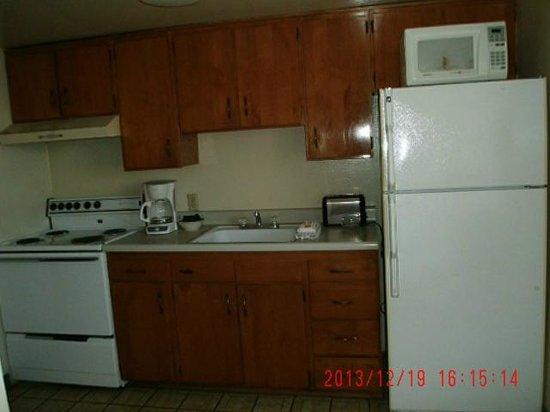 Desert Grove Inn and Suites: Kitchen