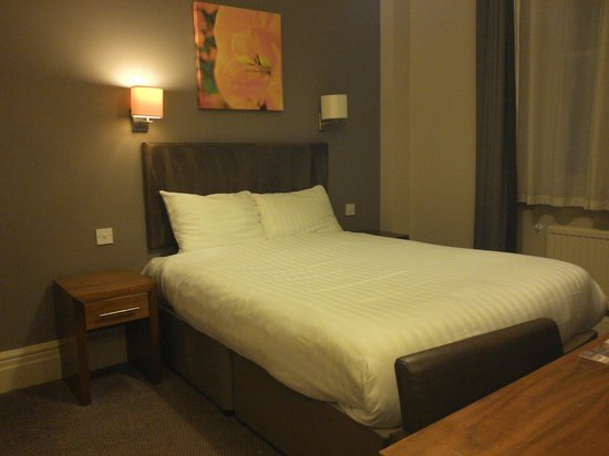 The Met Hotel Leeds: Very comfy bed - shame about the disturbed sleep