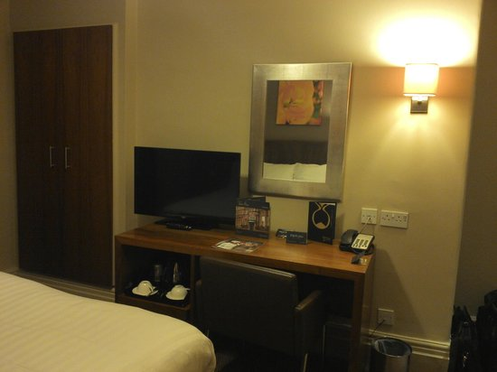 The Met Hotel Leeds: Bedroom and small desk area