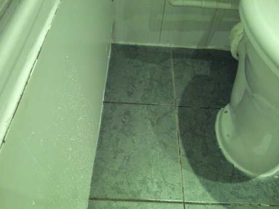 The Met Hotel Leeds: Rather damp bathroom floor needed a mop-up