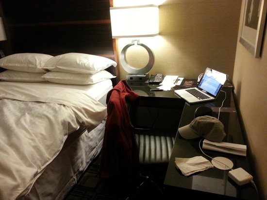 Sheraton New York Times Square Hotel: Work area next to bed