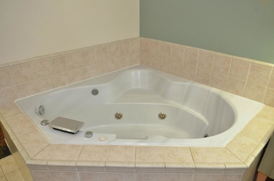 Econo Lodge Portland Airport: Guest room with private jacuzzi bathtub and separate standing shower