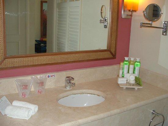 Memories Flamenco Beach Resort : Amenities in bathroom