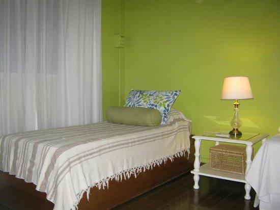 B&B Plaza Italia: La habitación era para 5 personas separada por puerta de vidrio repartido. Ideal para ir con niñ