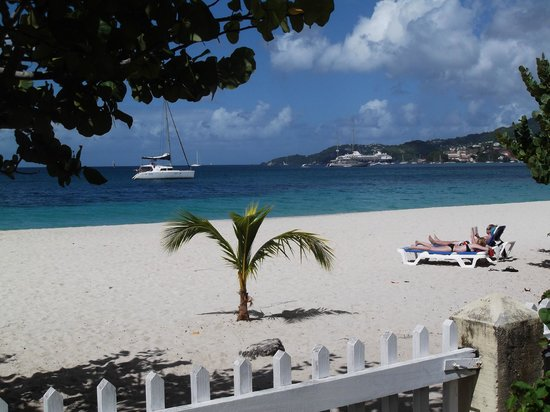 Radisson Grenada Beach Resort: Beach area in front of hotel