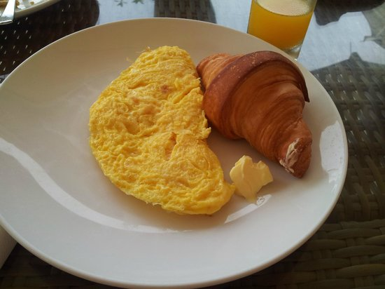 The ONE Legian: Breakfast of omelette with croissant