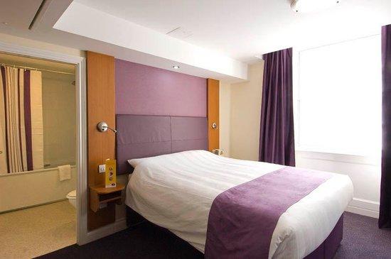 Premier Inn London Victoria Hotel: Room