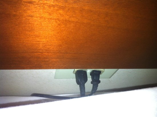 Holiday Inn Philadelphia South-Swedesboro : The not handy wall plugs behind the bed