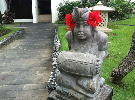 Nusa Dua Beach Hotel & Spa: One of the many sculptures in the resort