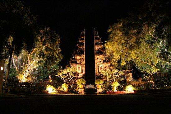 Nusa Dua Beach Hotel & Spa: Nice lighting at the resort entrance