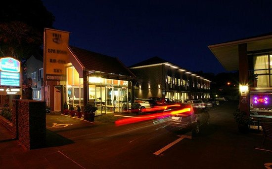 Best Western Newmarket Inn & Suites: Exterior in the Evening