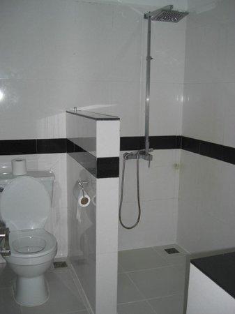 Eureka Villas Phnom Penh: Shower