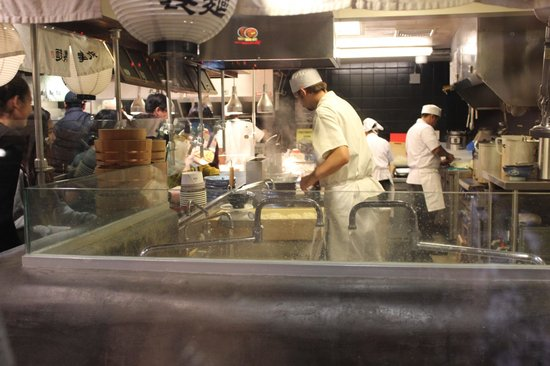 Marukame Udon Waikiki: Cooking the noodles