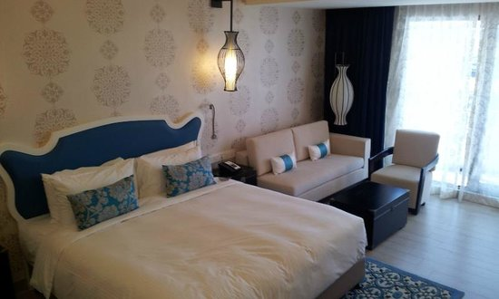 Village Hotel Katong by Far East Hospitality : Costly bedroom.