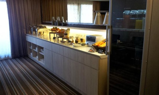 Village Hotel Katong by Far East Hospitality : Executive lounge,selection of finger food.