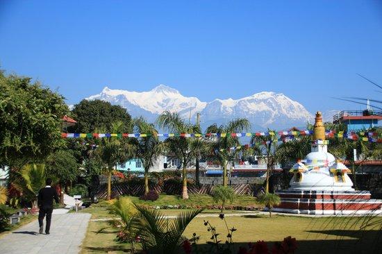 Hotel Pokhara Grande: ホテルの中庭からヒマラヤが